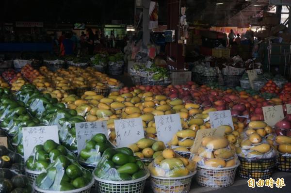 愛文芒果產季已經進入尾聲,玉文芒果、金煌芒果接棒搶攻水果市場。(記者黃文瑜攝)