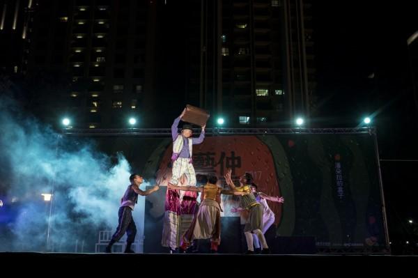 新竹市仲夏藝文季,福爾摩沙馬戲團上演《潘朵拉的盒子》戲碼,劇中融入許多炫麗特技。(新竹市政府提供)