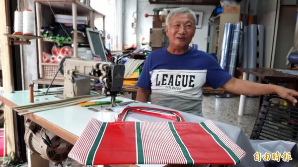 王克孝在店縫製帆布手提袋。(記者黃明堂攝)