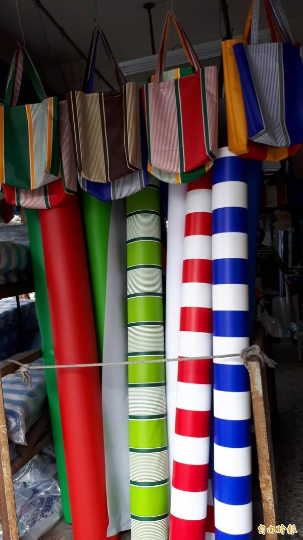 台東市正氣路東昌帆布行有一捆捆的彩色帆布,最吸睛的是帆布手提袋。(記者黃明堂攝)