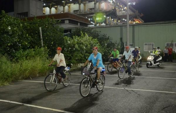 柚農連腳踏車也出動。(記者楊金城翻攝)