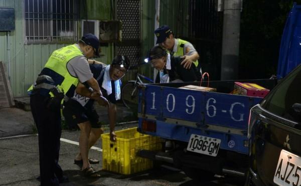 警方演行動劇宣導柚農警民合作防竊。(記者楊金城翻攝)