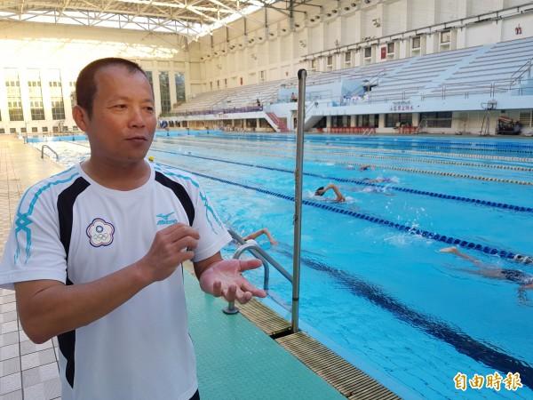 目前擔任南市水中運動蹼泳委員會總幹事、國家級教練蘇建銘表示,蹼泳在台南推廣短短幾年,在前年全民運動會已拿下全國第2名,希望更多人參與、推廣。(記者王涵平攝)