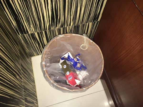 警方在摩鐵垃圾桶內發現用過的保險套。(記者姚岳宏翻攝)