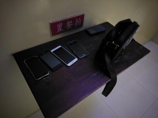 主辦人要求參加者交出手機統一保管。(記者姚岳宏翻攝)