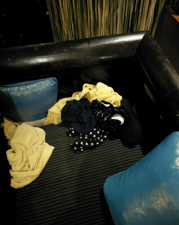 警方現場找到散落的內衣褲。(記者姚岳宏翻攝)