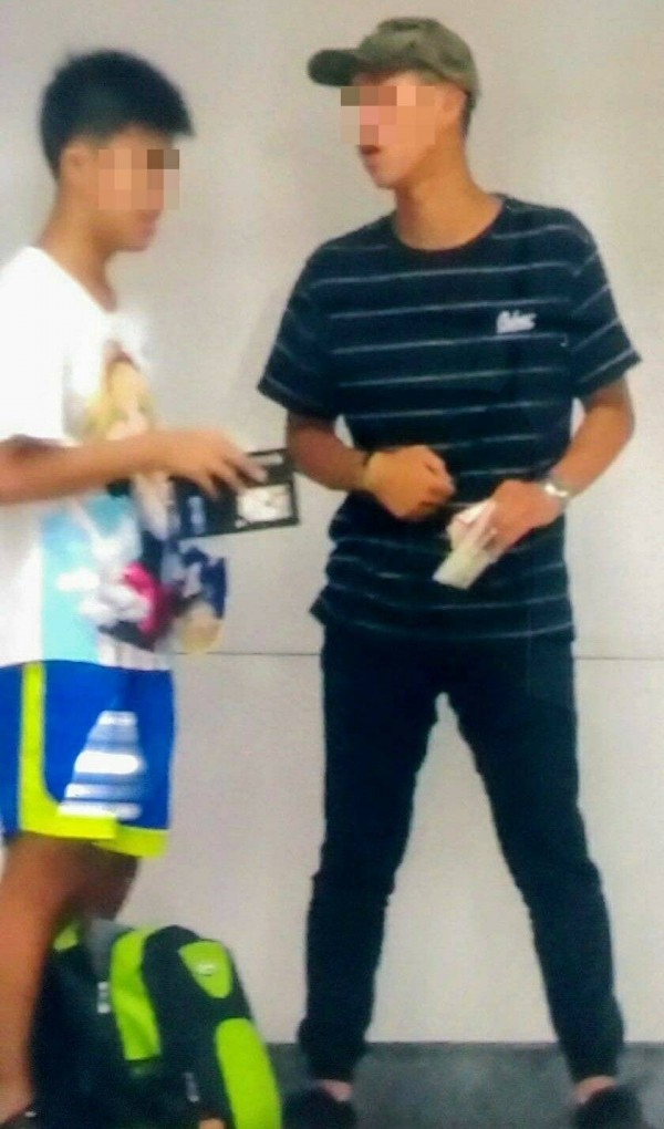 20歲林姓男子(右)強賣愛心筆,還說「5組筆2千元就好」。(記者姚岳宏翻攝)