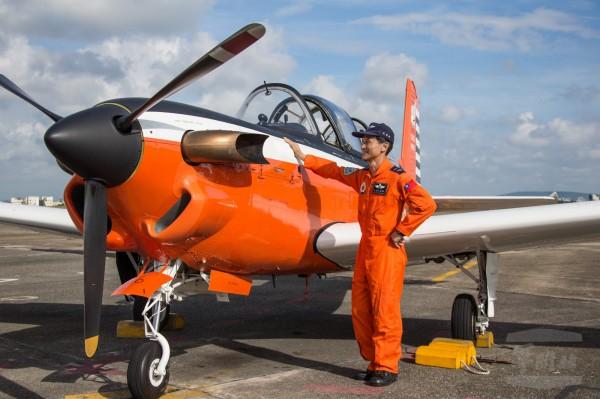 朱偉民教官T-34教練機飛行時數破萬,創下空軍記錄。朱偉民明年將滿55歲,規劃屆時辦理退休。(圖由軍聞社提供)