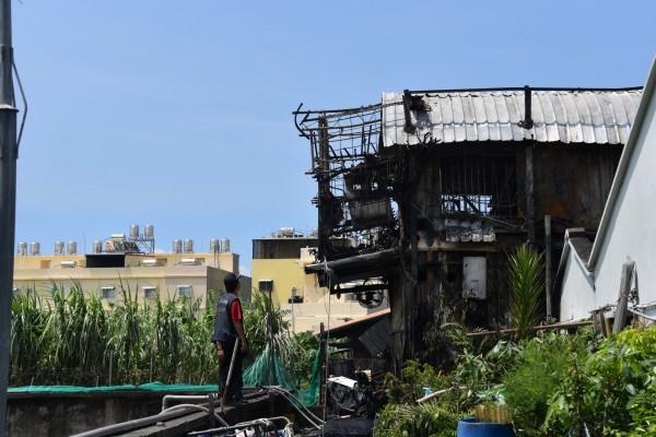 火勢很快被撲滅,但房屋都已燒毀。(記者葉永騫攝)
