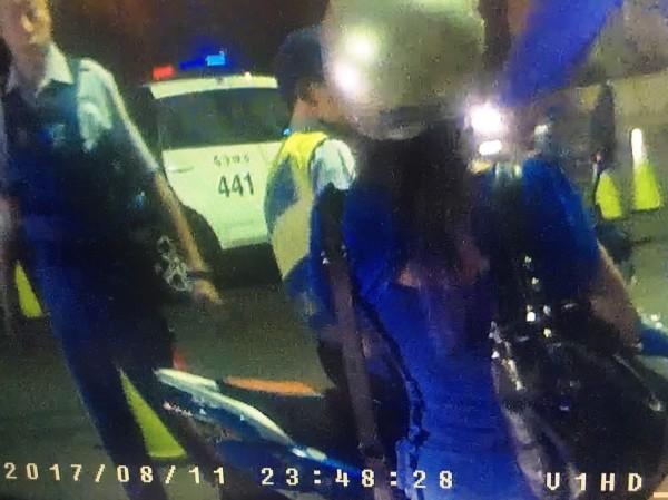 陳男載著酒醉的女友回家(藍衣女子),想不到遇到警方臨檢被逮(記者吳昇儒翻攝)