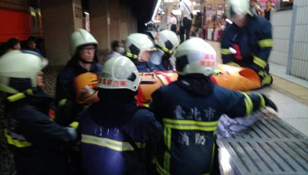 消防員到場搶救。(記者王冠仁翻攝)