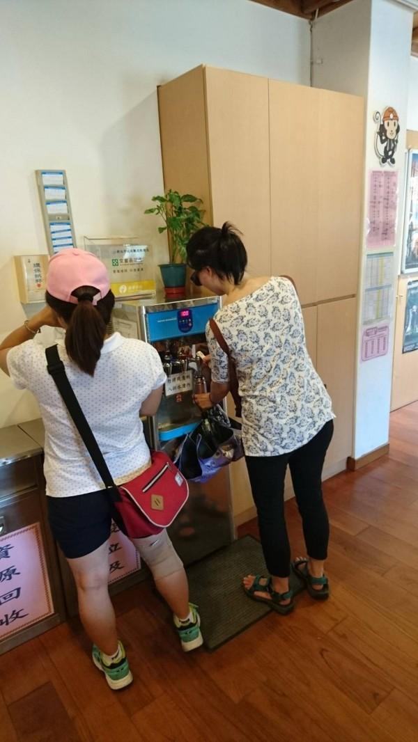 天氣炎熱,市府提醒民眾多補充水份,可至圖書館或遊客中心等開放空間取水。(新北市政府提供)