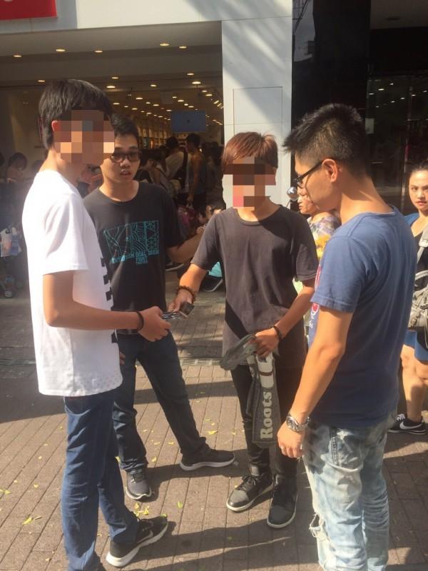 警方發現高姓少年(右2)對人強迫推銷。(記者王冠仁翻攝)