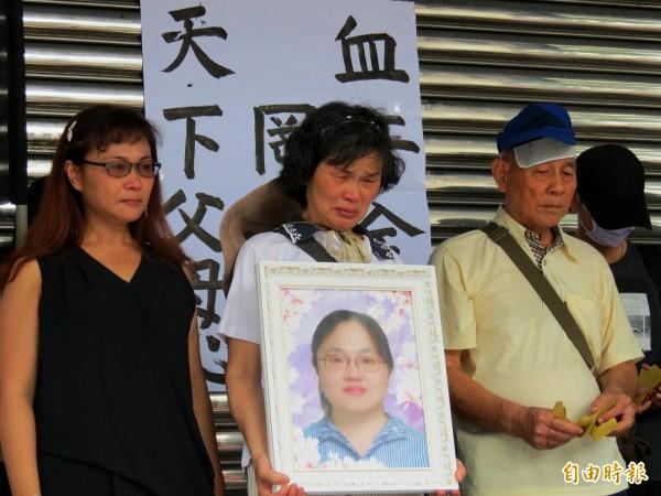 羅玉芬的父母、妹妹帶著遺照到全聯北屯二店前抗議。(記者張菁雅攝)