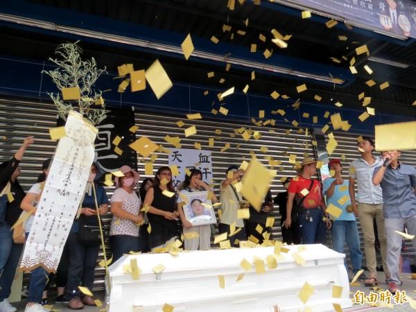聲援羅家的民眾在全聯北屯二店前撒冥紙。(記者張菁雅攝)