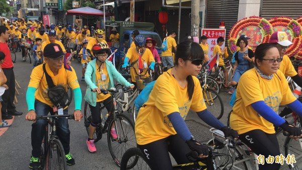 北港鎮安宮「騎福進香趣」單車進香活動吸引許多民眾參加。(記者黃淑莉攝)