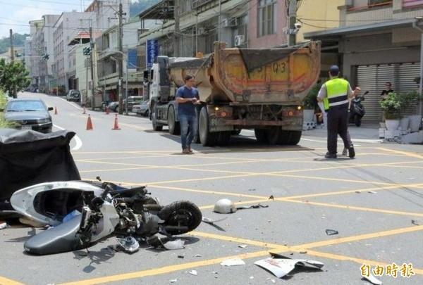 南投市今發生1起機車與砂石車擦撞意外,機車嚴重受損,肇事原因警方深入調查中。(記者謝介裕攝)