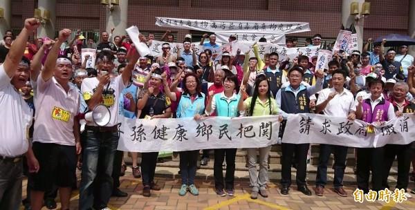 彰化線西人站出來,反對焚化爐污染家園,多位民意代表也到場聲援!(記者劉曉欣攝)