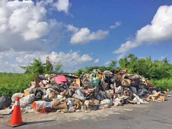 垃圾隨意倒馬路,環保局將調監視器緝兇。(圖由翁育民提供)