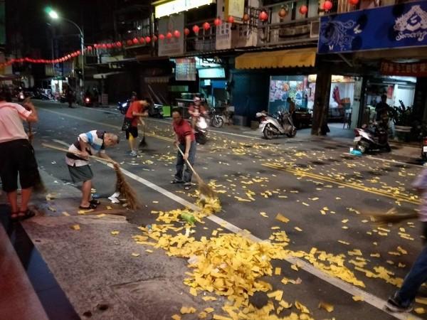 新興宮志工夜還在清理垃圾。(圖由黃傳玉提供)