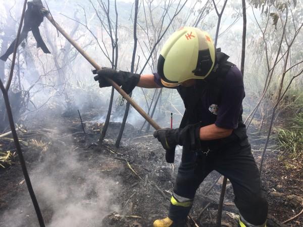 燃燒面積約100平方公尺,警義消共出動約100名。(記者鄭景議翻攝)