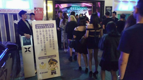 警方在夜店入口設置人形立牌宣導。(記者何宗翰翻攝)