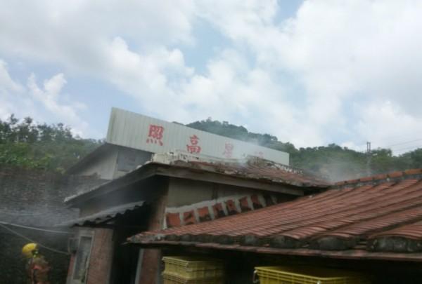 市議員王峻潭老家突然冒煙。(記者吳俊鋒翻攝)