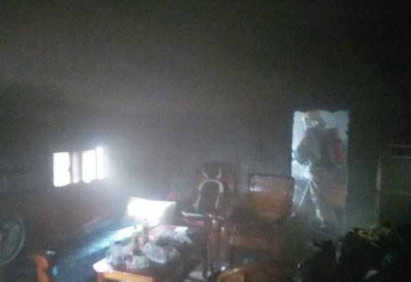 王峻潭老家的房間突然冒煙。(記者吳俊鋒翻攝)