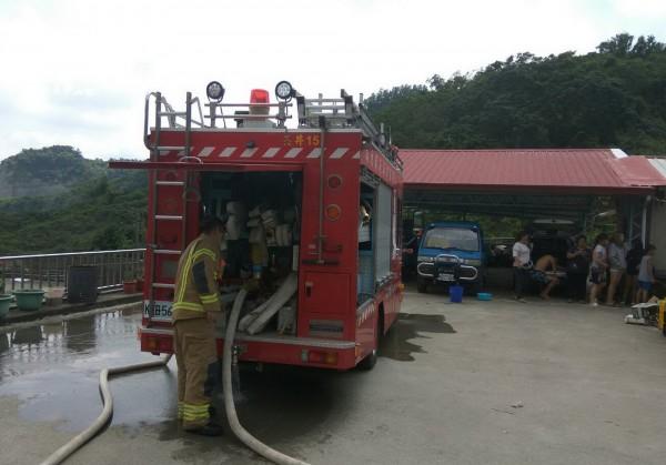 消防隊趕到後,立刻拉水線灌救。(記者吳俊鋒翻攝)