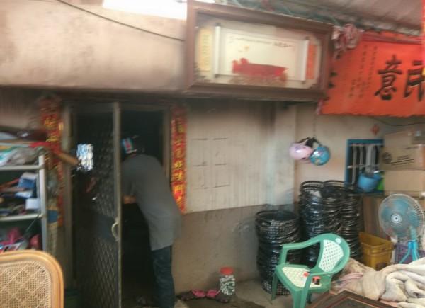 左側房間冒煙,起火原因正瞭解中。(記者吳俊鋒翻攝)