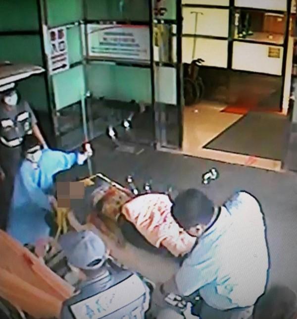 嘉縣一名蔡姓鐵工廠學徒,突被倒下的鐵板壓到,送醫急救到院前無呼吸心跳。(記者王善嬿翻攝)