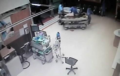 蔡姓男子被重達200公斤鐵板壓到,到醫院前已無呼吸心跳。(記者王善嬿翻攝)