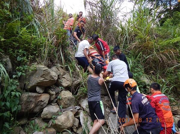 搜救人員將林男以擔架拉上岸。(記者李忠憲翻攝)