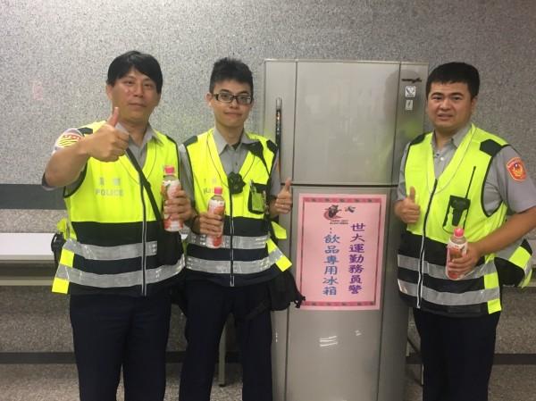 警友站在世大運期間設立「元氣補給站」,無償提供餐點、飲品供執勤員警食用。(記者曾健銘翻攝)