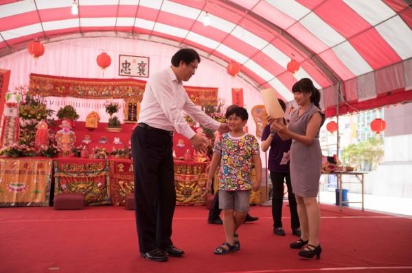 基隆市每3年辦理1次義民祭活動,基隆市長林右昌(左)表揚創意神豬彩繪得獎者。(圖由基隆市政府提供)