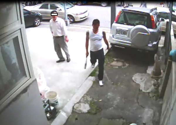 鄭嫌率眾到王男父親的南港區文具工廠外,持鋁棒砸毀監視器。(記者王冠仁翻攝)