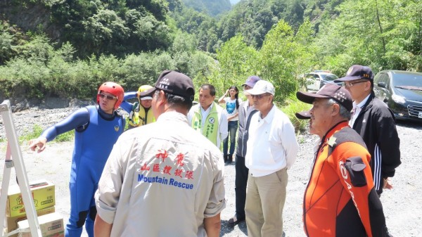 副市長林陵三(白帽者)上梨山,特別前往搜救現場關心。(民眾提供)