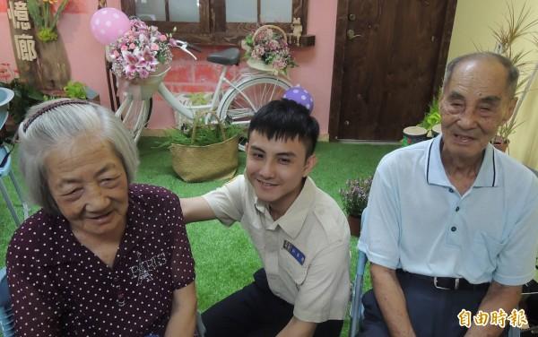 許峯瑞(中)和南區老人之家長輩感情不錯。(記者羅欣貞攝)