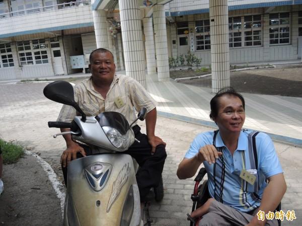 陳春地(左)丶蕭琦忠40年前國小畢業合照被遺忘。(記者顏宏駿攝)
