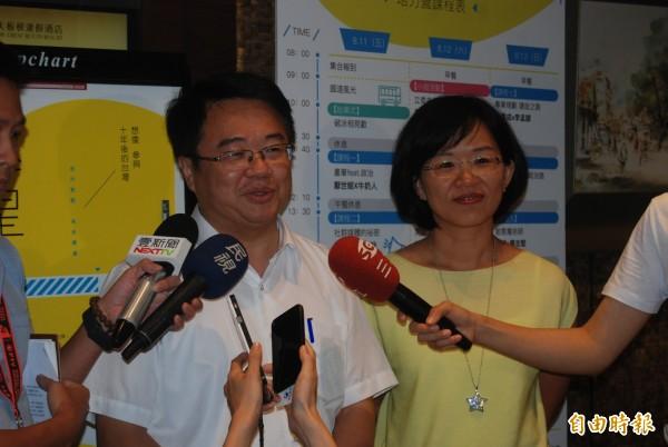 有意角逐新北市長的立委吳秉叡(左),坦言自己正在爭取角逐新北市長,認為「政治是一代接著一代,一定要有新血來參加。」(記者張安蕎攝)