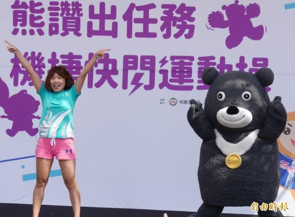 世大運吉祥物熊讚桃園快閃出任務,大跳「世大運運動操」,現場民眾跟著跳起來。(記者李容萍攝)