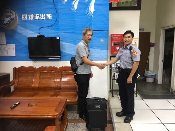 警方透過臉書找到日籍失主白須章彥(左),白須章彥今天到派出所致謝。(記者陳昀翻攝)
