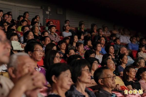 新竹縣文化局演藝廳今天下午的「春風‧話雨情」音樂會,聽眾感受本土音樂別具韻味的面貌,現場座無虛席。 (記者廖雪茹攝)
