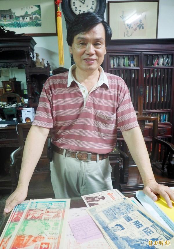 梁志忠收藏不少與電影有關的文物和照片。(記者陳鳳麗攝)