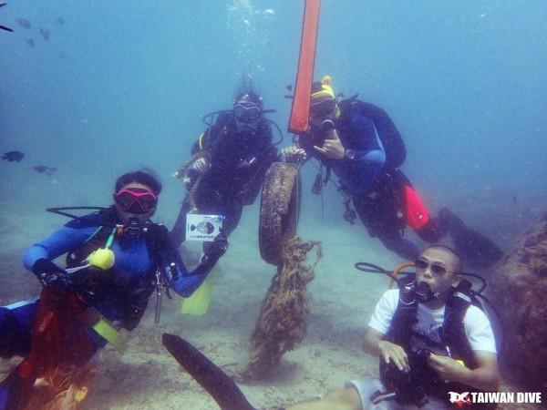 業者發起「一公斤的力量」淨海活動。(記者蔡宗憲翻攝)
