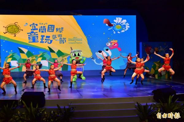 宜蘭國際童玩藝術節昨晚落幕,7個國內外團體接力演出為童玩節劃下句點。(記者張議晨攝)