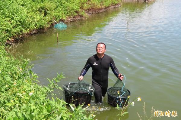 郭言良利用下班時間在租來的魚塭養草蝦,要幫家裡被拍賣掉的魚塭再賺回來。(記者蔡文居攝)