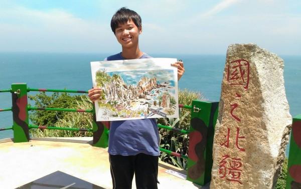 以繪畫換宿的林祐德,在國境最北的東引鄉。(記者俞肇福翻攝)