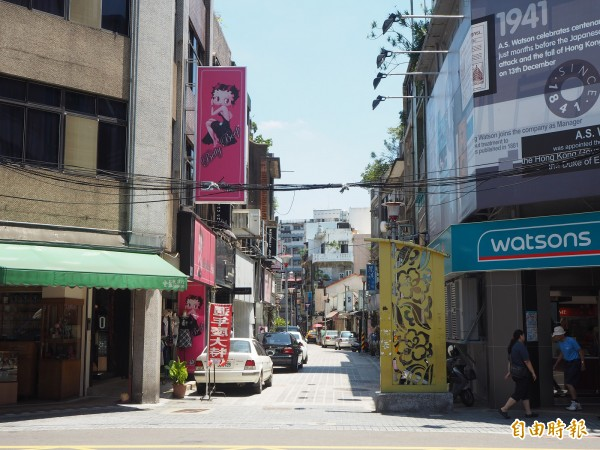 「只是光影獨立咖啡廳」老闆蔡奕勳指出,近年政府除了在新民街路口設這個黃色「裝置藝術」,幾乎沒有文創規劃。(記者陳昀攝)