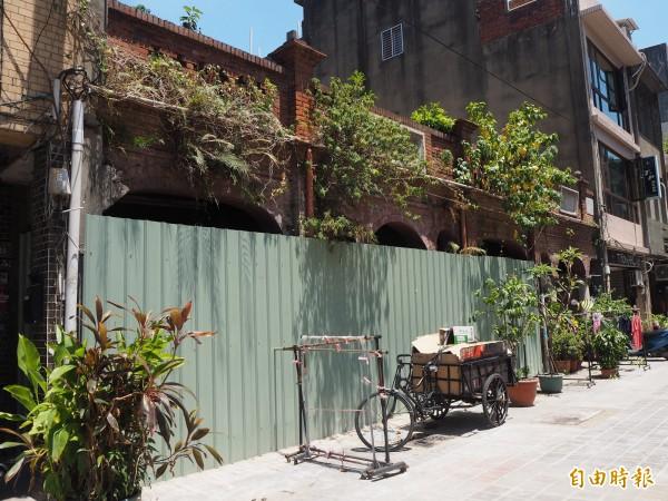 楊氏家廟前年6月就圍了綠鐵皮。(記者陳昀攝)
